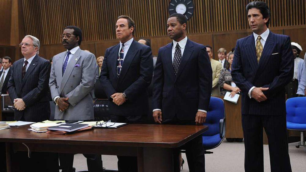 De gauche à droite, Nathan Lane (F. Lee Bailey), Courtney B. Vance (J. Cochran), John Travolta (R. Shapiro), Cuba Gooding Jr. (O.J. Simpson) et David Schwimmer (R. Kardashian)