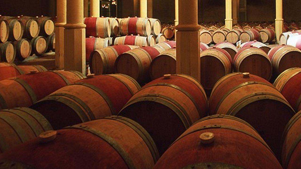 Tonneaux, futs, foudres, de vin dans une cave, cellier