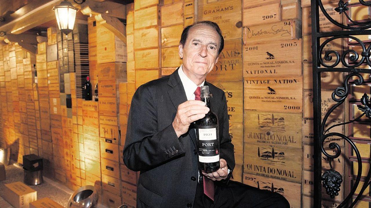 Michel-Jack Chasseuil montrant une bouteille de Porto Nacional de 1931 d'une valeur de 75.000 euros.