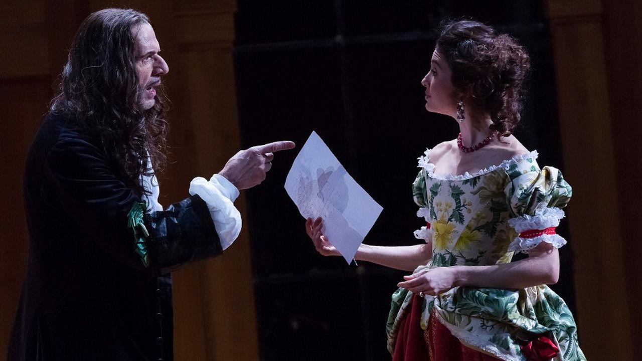 Alceste (Lambert Wilson) accuse Célimène (Pauline Cheviller) de le tromper.