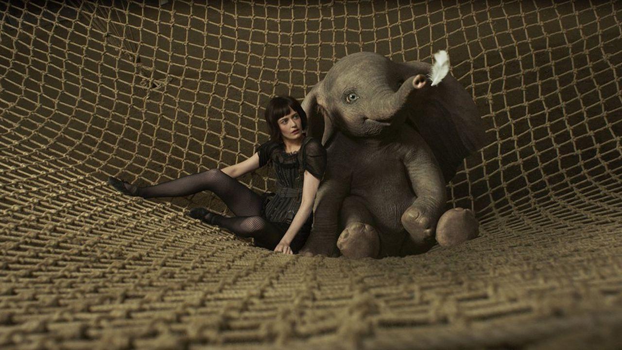 Colette Marchant (Eva Green), acrobate de haute voltige, aux côtés du petit éléphant volant.