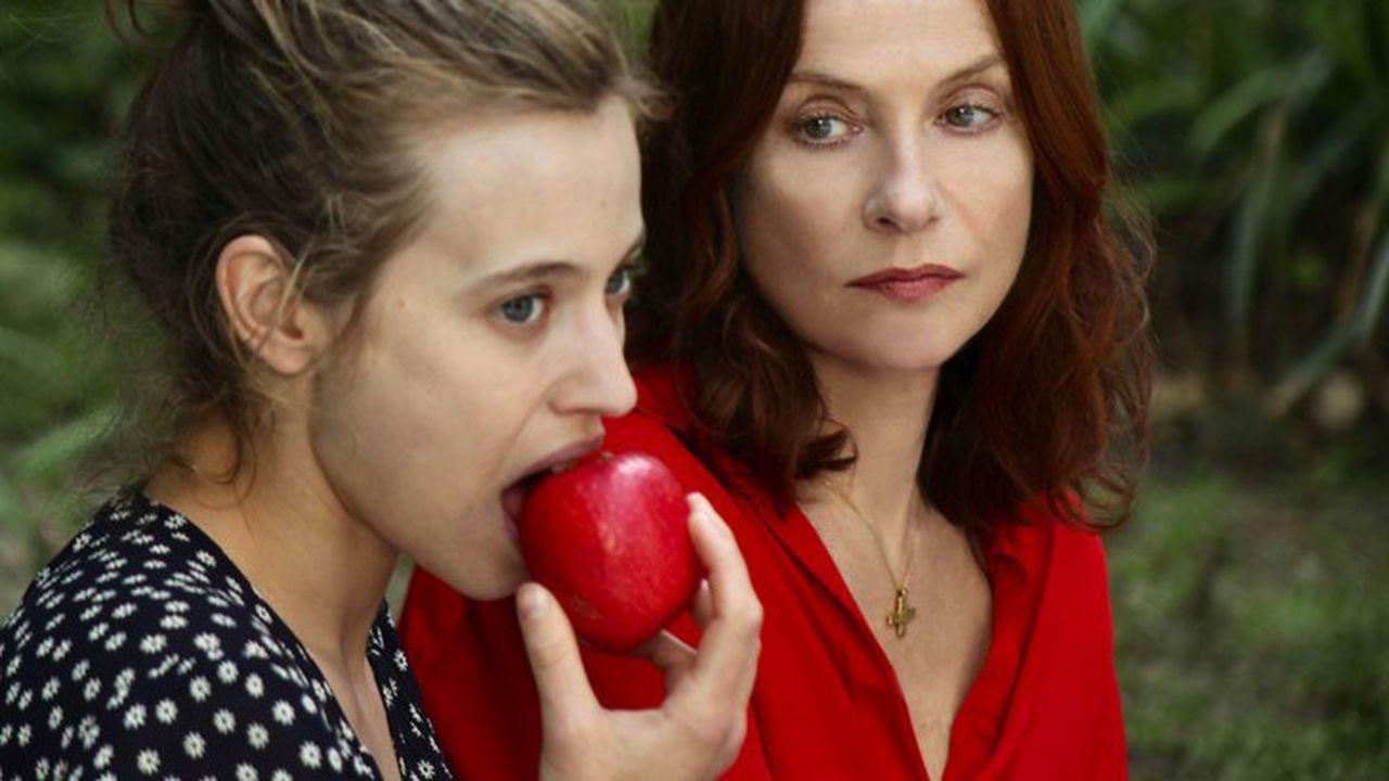 Maud (Isabelle Huppert) est très jalouse de la beauté de sa belle-fille Claire (Lou de Laâge).