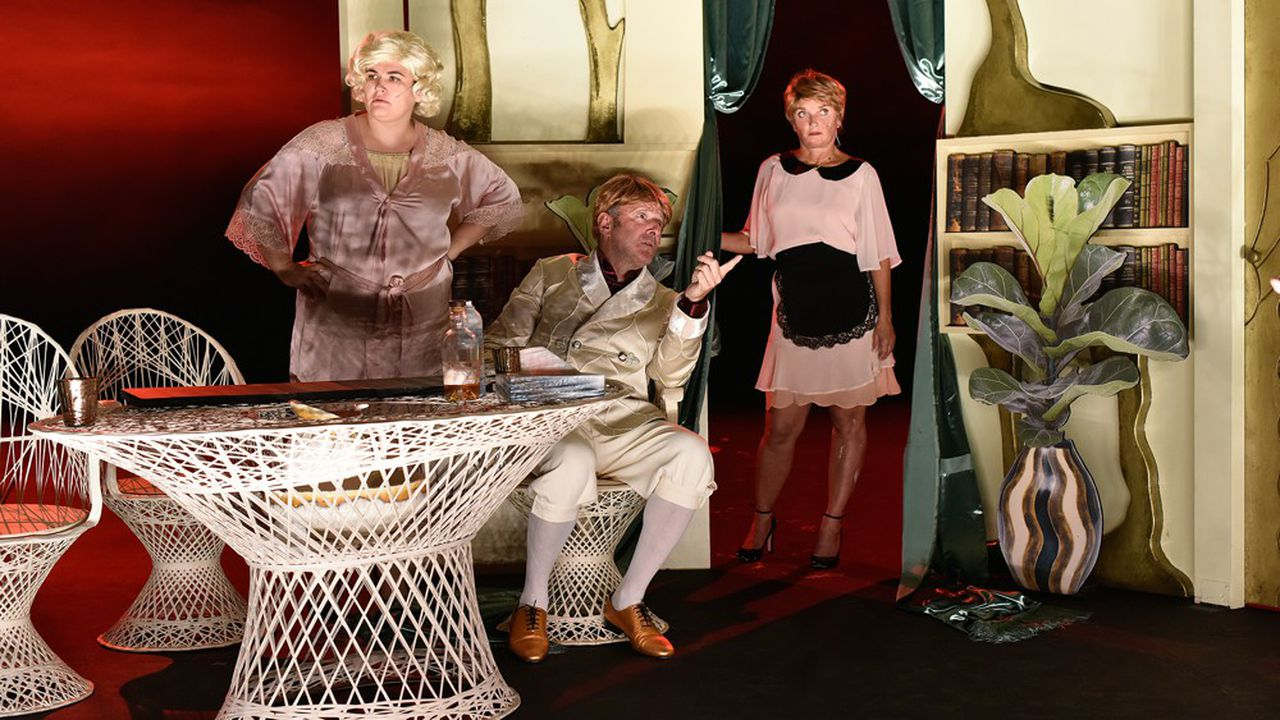 Les comédiens changent de rôles sans crier gare, multiplient les décalages et effets burlesques jusqu'à saturation.