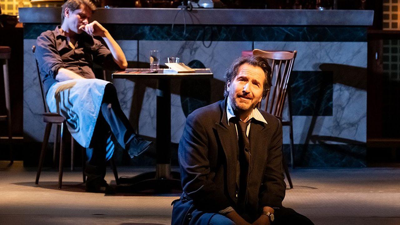 Edouard Baer tisse un monologue absurde, ponctué par les interventions d'un régisseur-acteur-serveur (Christophe Meynet).