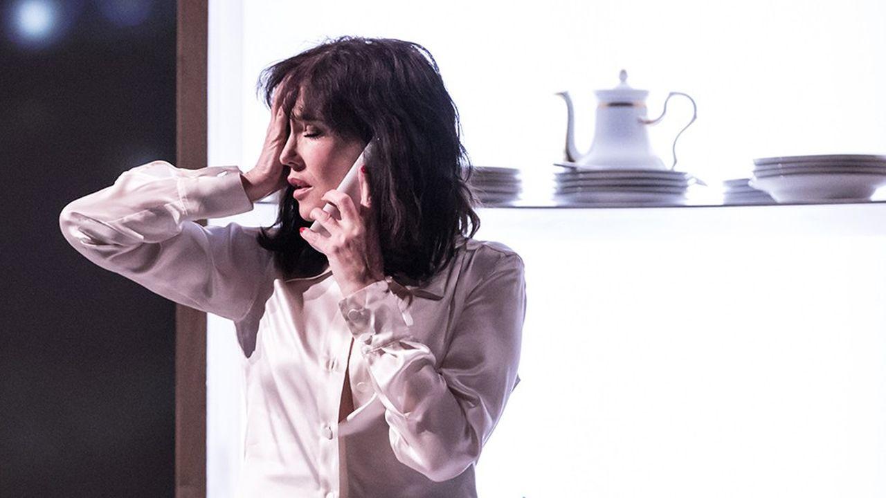 Avec virtuosité, Isabelle Adjani alterne les silences, les pleurs, les humeurs.