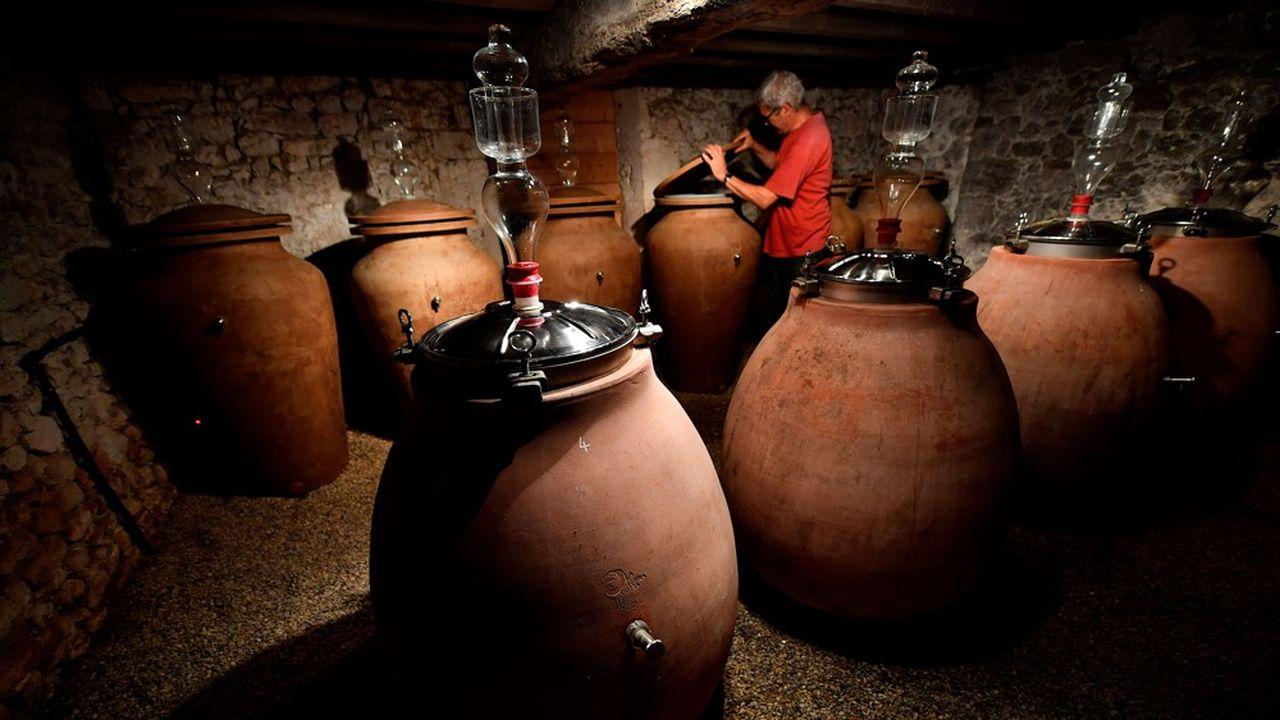 Lors de la vinification, on fait appel à des protéines d'origine animale comme le blanc d'oeuf, la colle de poisson, la caséine (molécule du lait) ou la gélatine, qui sont versés dans les cuves.