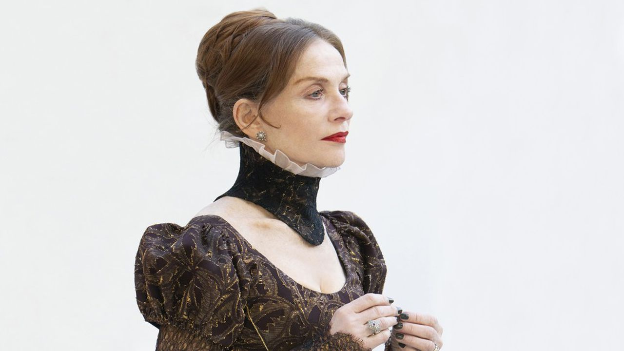 Mary Stuart - Isabelle Huppert - apparaît pleins feux, telle une figure mythique sortie d'un tableau sans âge.