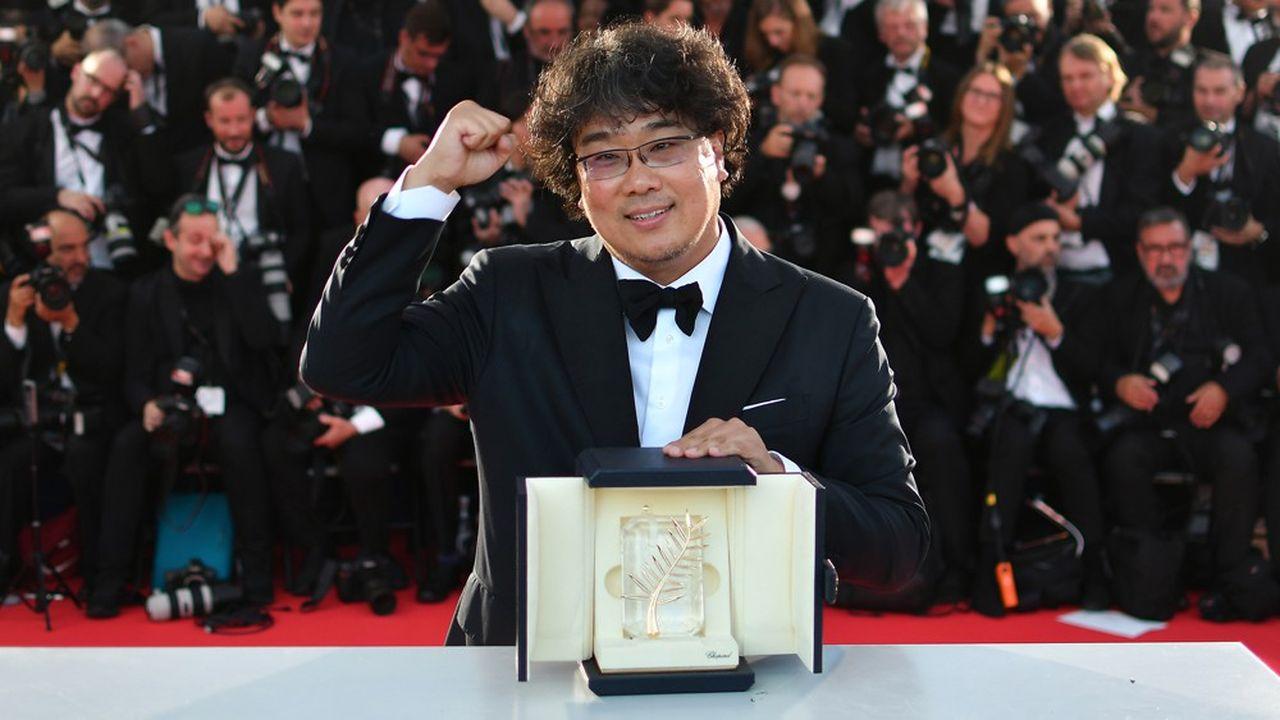 Bong Joon-ho fêtant la Palme d'or qui vient d'être décernée à son film «Parasite».