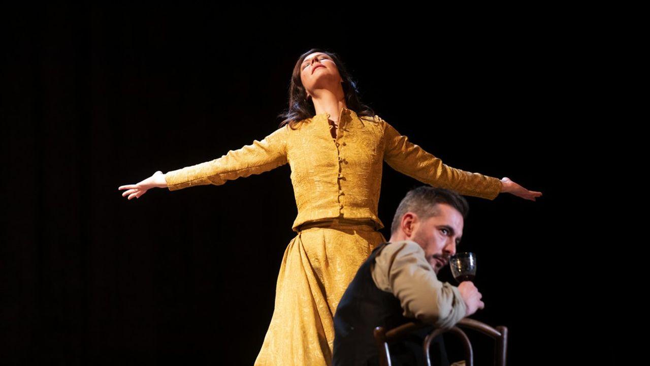 Mademoiselle Julie (Anna Mouglalis) dans sa danse fatale de séduction avec son valet (Xavier Legrand).
