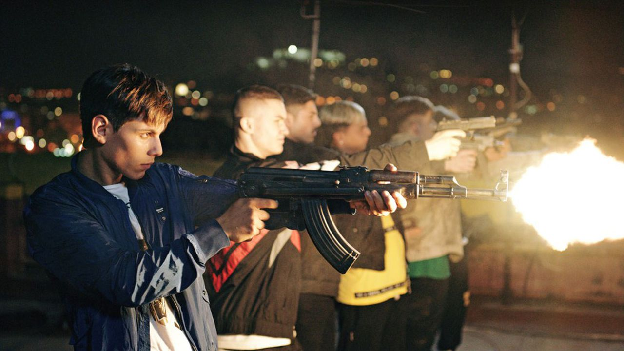 Nicola et ses copains rêvent d'intégrer l'un des gangs de la Camorra qui se partagent les quartiers de la ville.