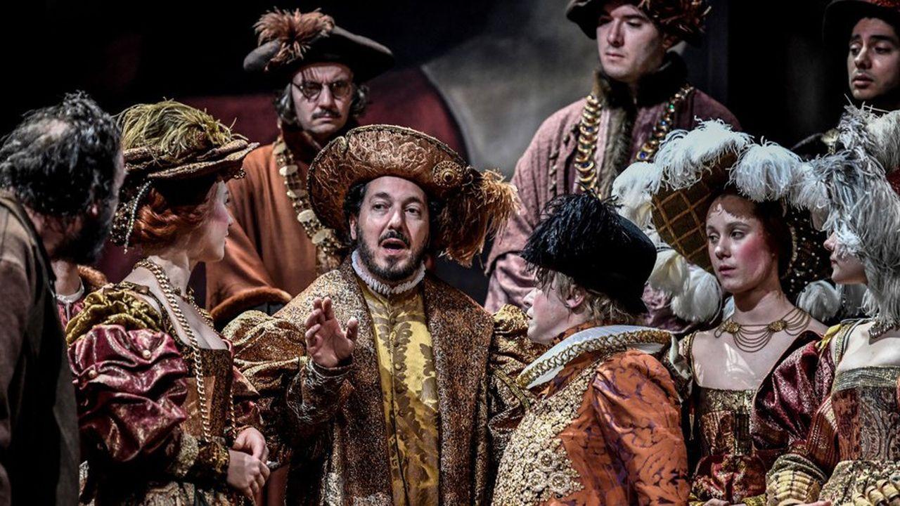 Guillaume Gallienne au milieu de la troupe du Français, dans les costumes chatoyants de Christian Lacroix.