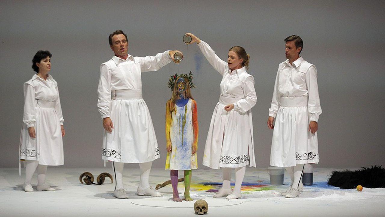 L'essentiel du spectacle convoque des chanteurs-danseurs vêtus de blanc ou de costumes colorés d'inspiration folklorique d'Europe centrale.