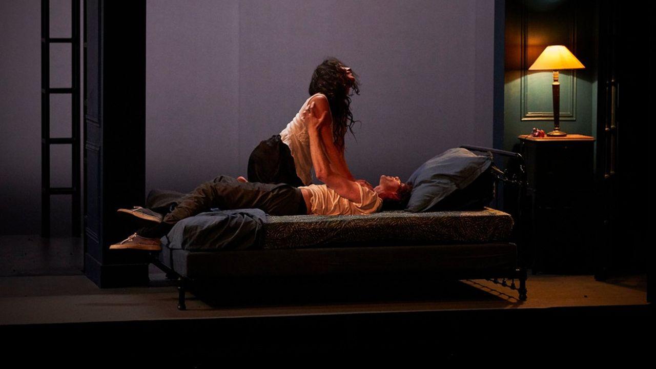 Julie Duclos a créé un univers éthéré, mouvant et fluide, entre théâtre et cinéma.