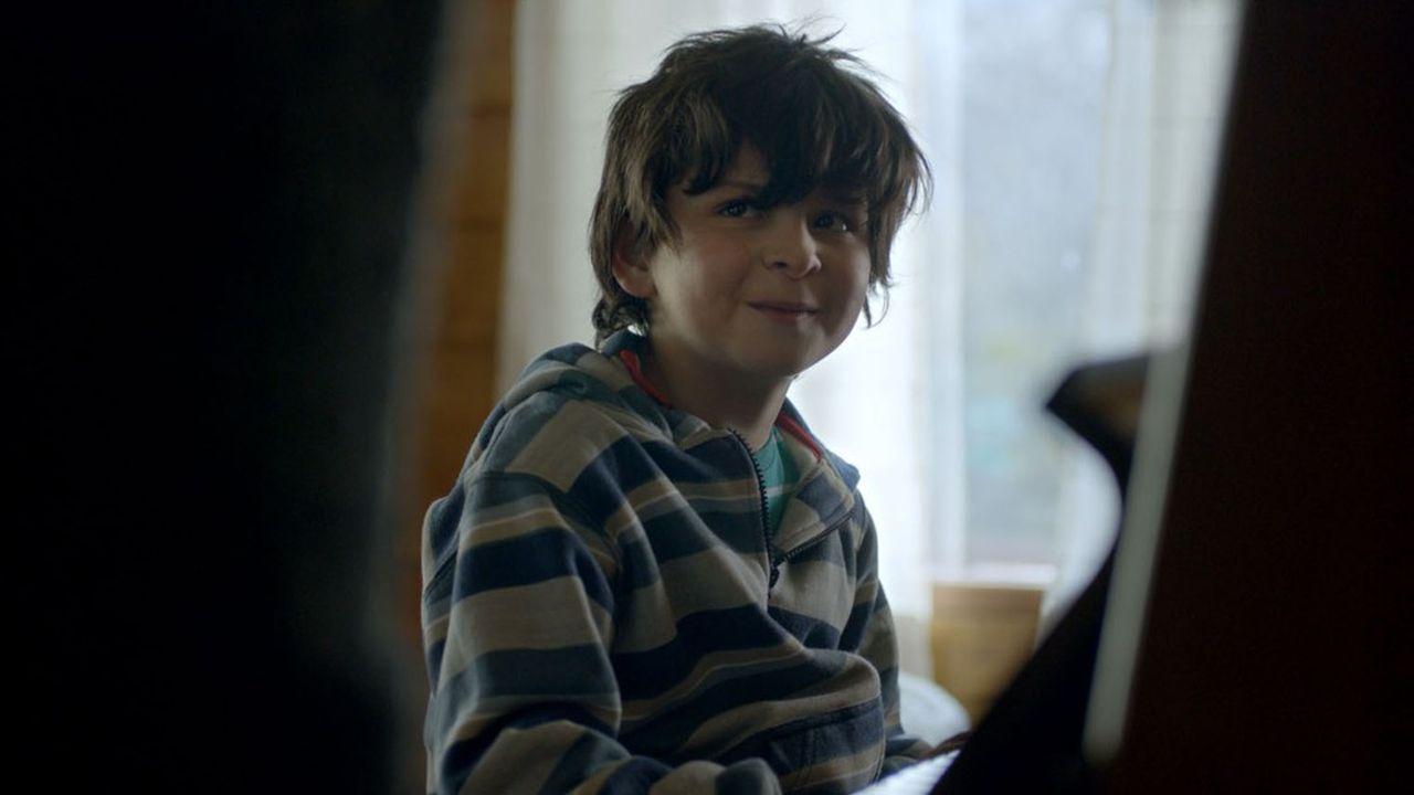 Joel est un gamin timide et mutique qui, malgré son jeune âge, semble avoir déjà vécu de nombreuses expériences douloureuses.