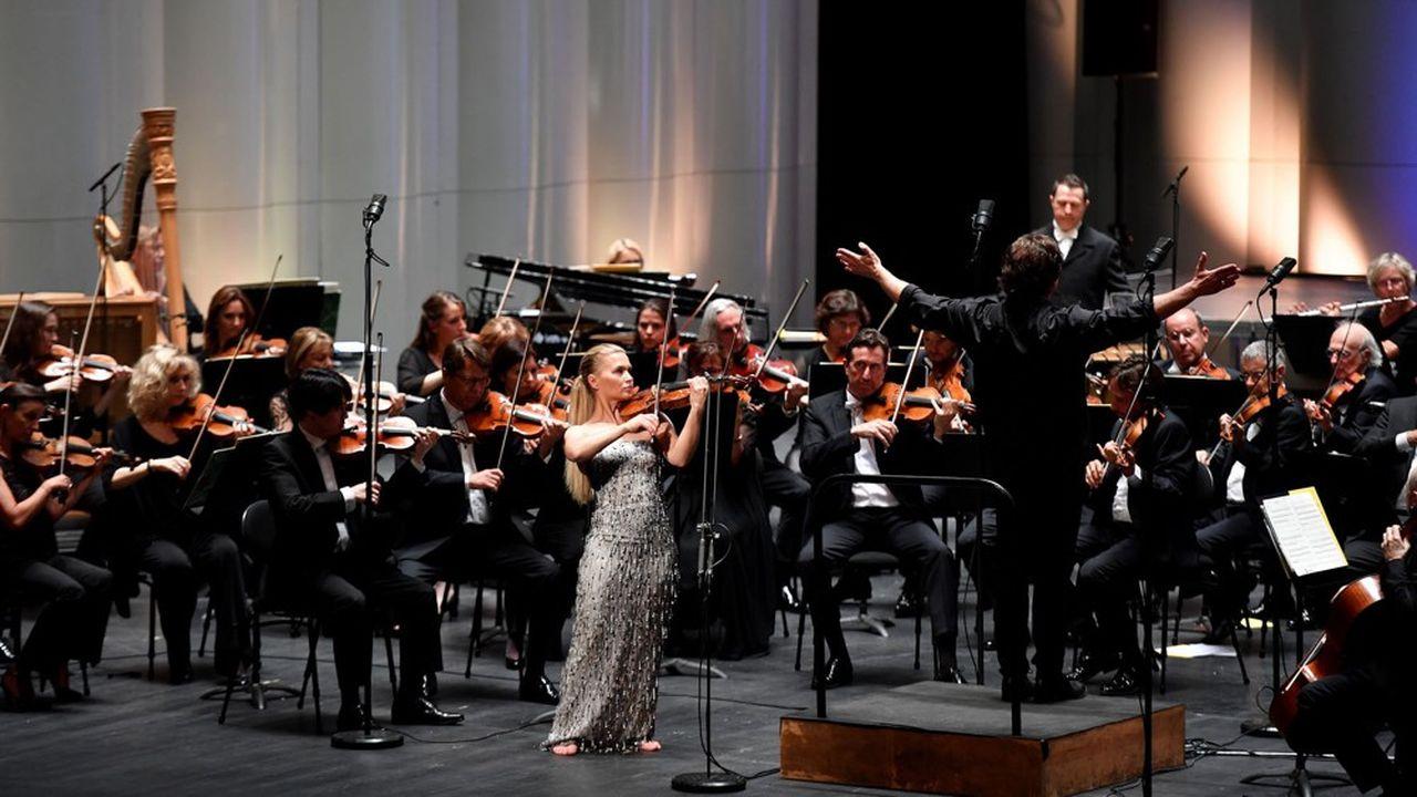 Kristjan Järvi dirige avec briol'Orchestre national de Montpellier Occitanie et la violoniste norvégienne virtuoseMari Samuelsen.