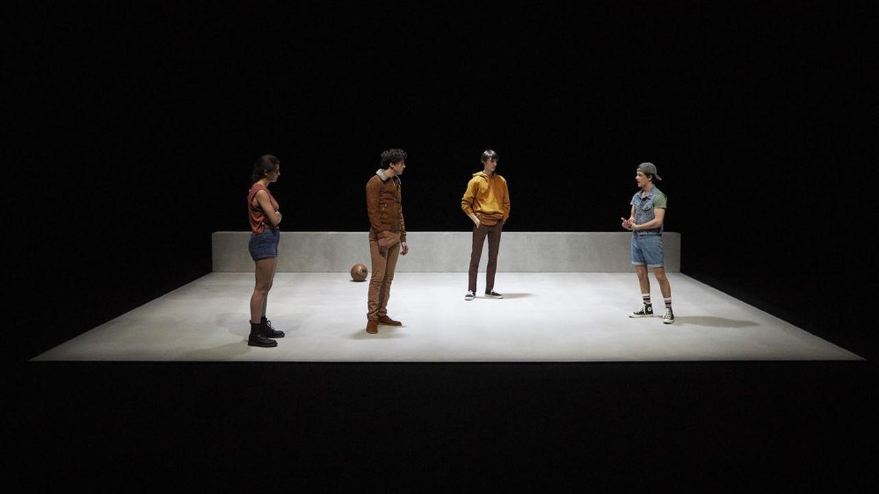 Malgré l'engagement de la double distribution convoquée pour incarner, en parallèle, les personnages à quatorzeannées d'intervalle, Tommy Milliot accouche d'un spectacle en basse tension.