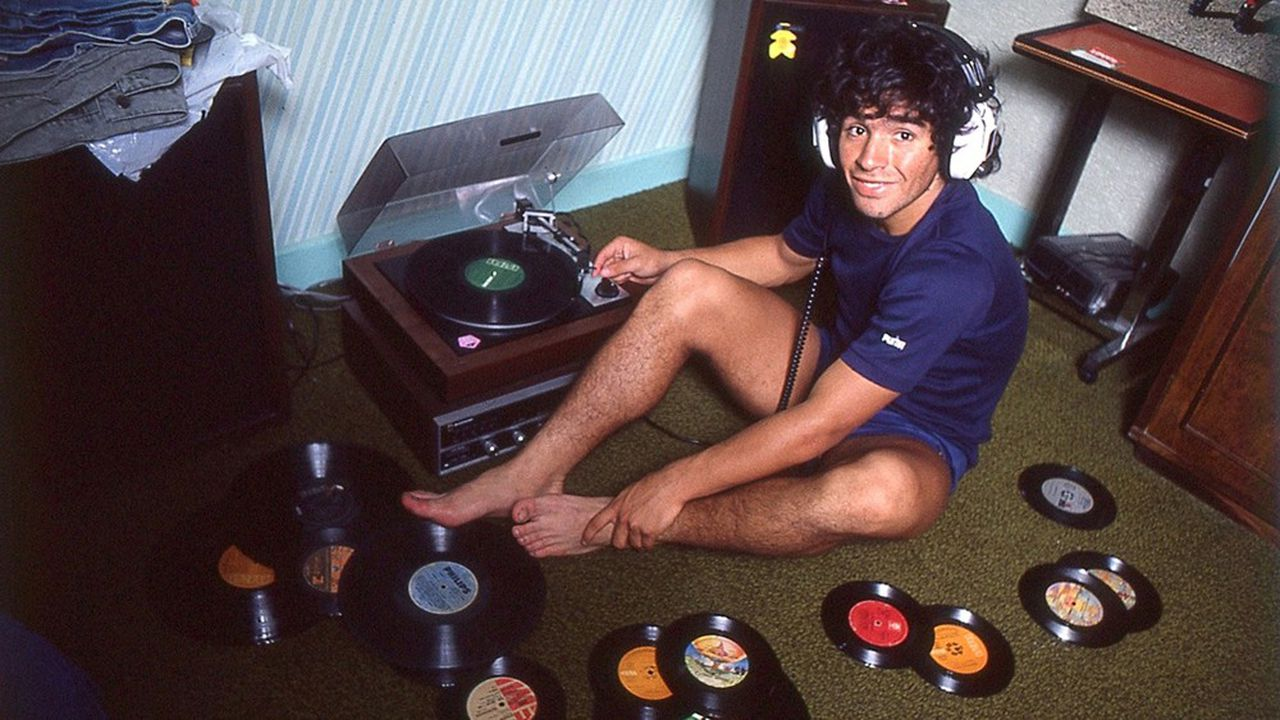 Qui est vraiment Maradona, ce môme des bidonvilles de Buenos-Aires qui a incarné l'Argentine triomphante dans les compétitions de foot et a cédé aux sirènes de l'autodestruction?