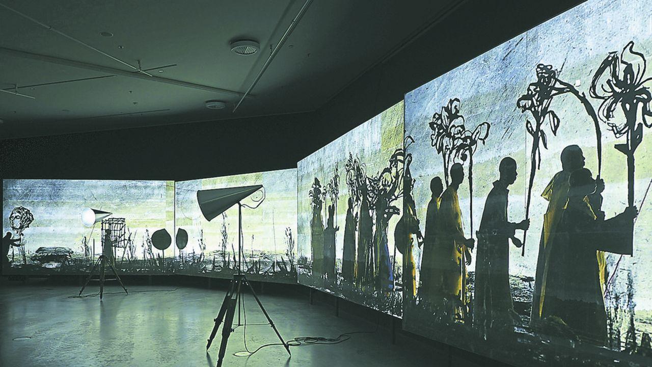 Vidéo, dessins, ombres chinoises et musique portent le récit de l'artiste sud-africain marqué par l'Apartheid.