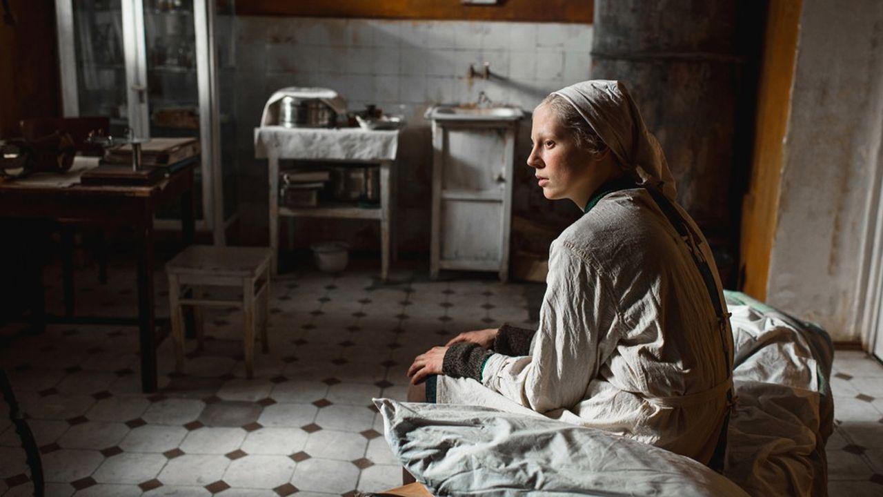 Viktoria Miroshnichenko interprète la« girafe », une grande fille chargée de garder l'enfant de son amie dans un Leningrad désolé par la guerre.