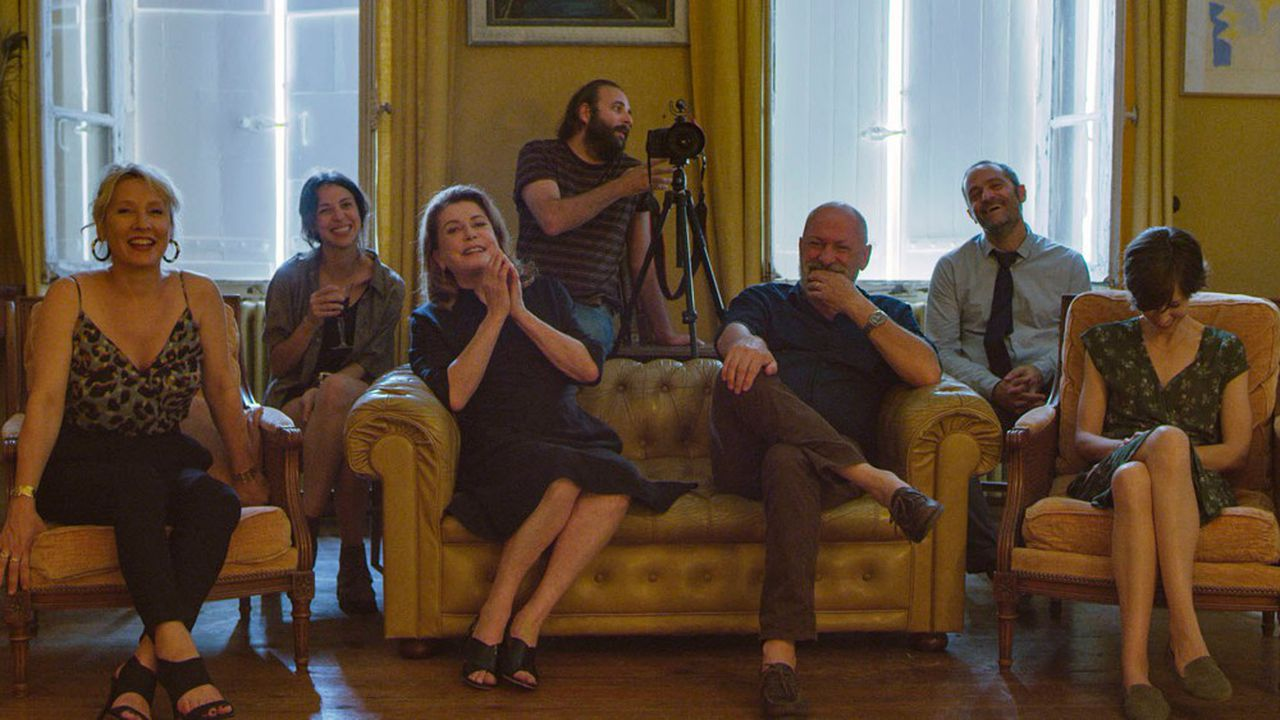 Autour d'Andréa (Catherine Deneuve), la fête d'anniversaire doit être parfaite. Hélas, tout part en vrille…