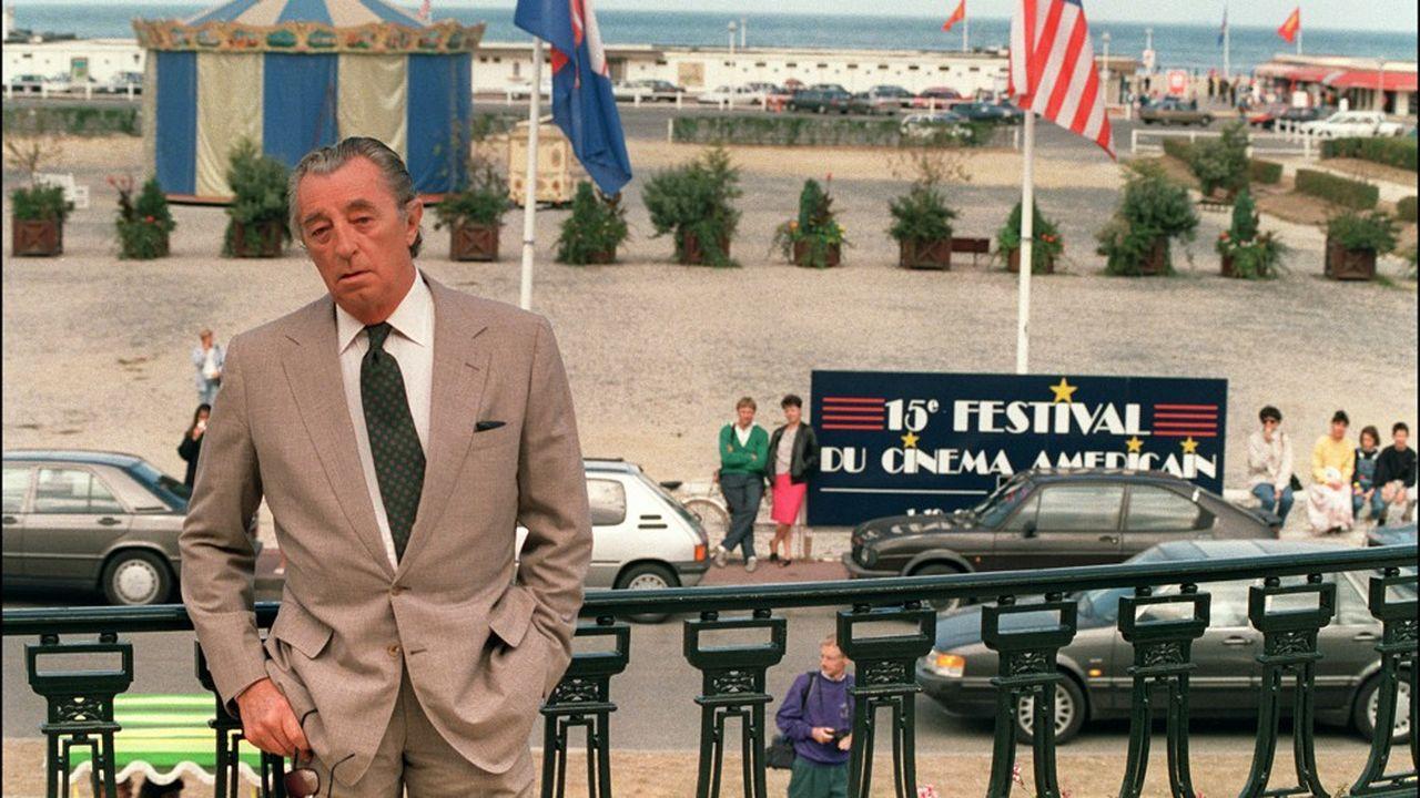 Invité d'honneurdu Festival du cinéma américain en septembre1989, Robert Mitchum pose sur la terrasse du Casino de Deauville.