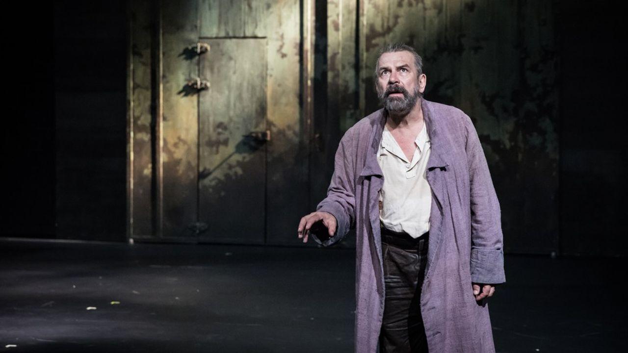 En chef de file qui, par son omniprésence, porte l'essentiel de la pièce sur ses épaules, Philippe Torreton embrasse, avec respect et gourmandise, le personnage de Galilée.