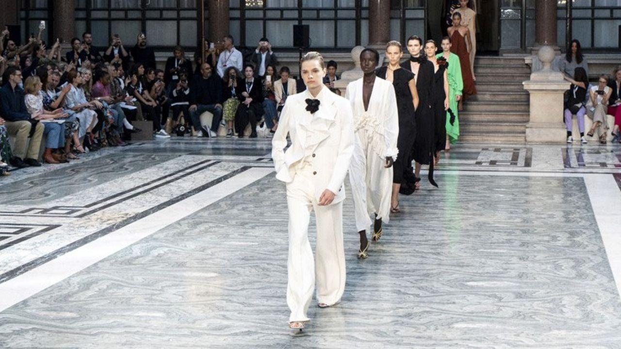 Fashion Week Printemps-Eté 2020 : les figures de la féminité de Victoria Beckham