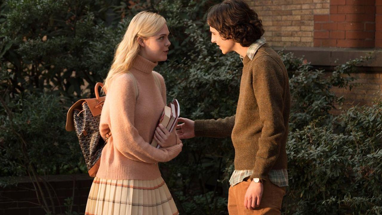 Ashleigh (Elle Fanning) et Gatsby (Timothée Chalamet) ont tous les deux de riches parents et fréquentent la même université.