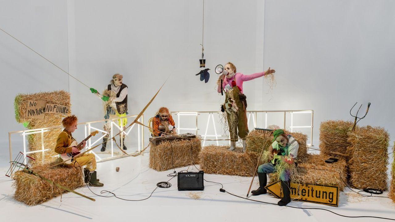Les trois comédiens du Müncher Kammerspiele - Stefan Merki, Damian Rebgetz et Julia Riedler - rejoints par Léo Gobin et Gaëtan Vourc'h s'animent tels des automates poètes.