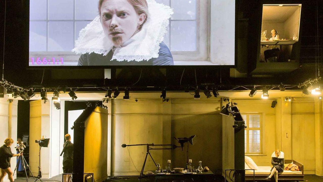 La scène est transformée en plateau de tournage, où évoluent les comédiens entourés d'un aréopage de cameramen, de machinistes et de perchistes.