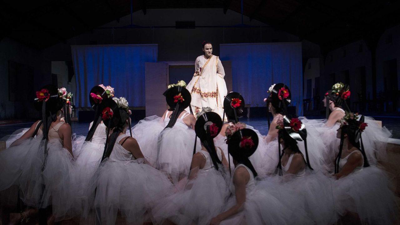 Oreste (Assaâd Bouab) déguisé en femme et le choeur des danseuses.