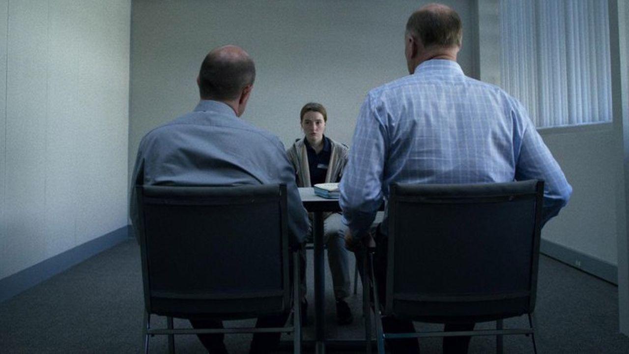La jeune Marie devant deux inspecteurs qui mettent en doute sa plainte pour viol.