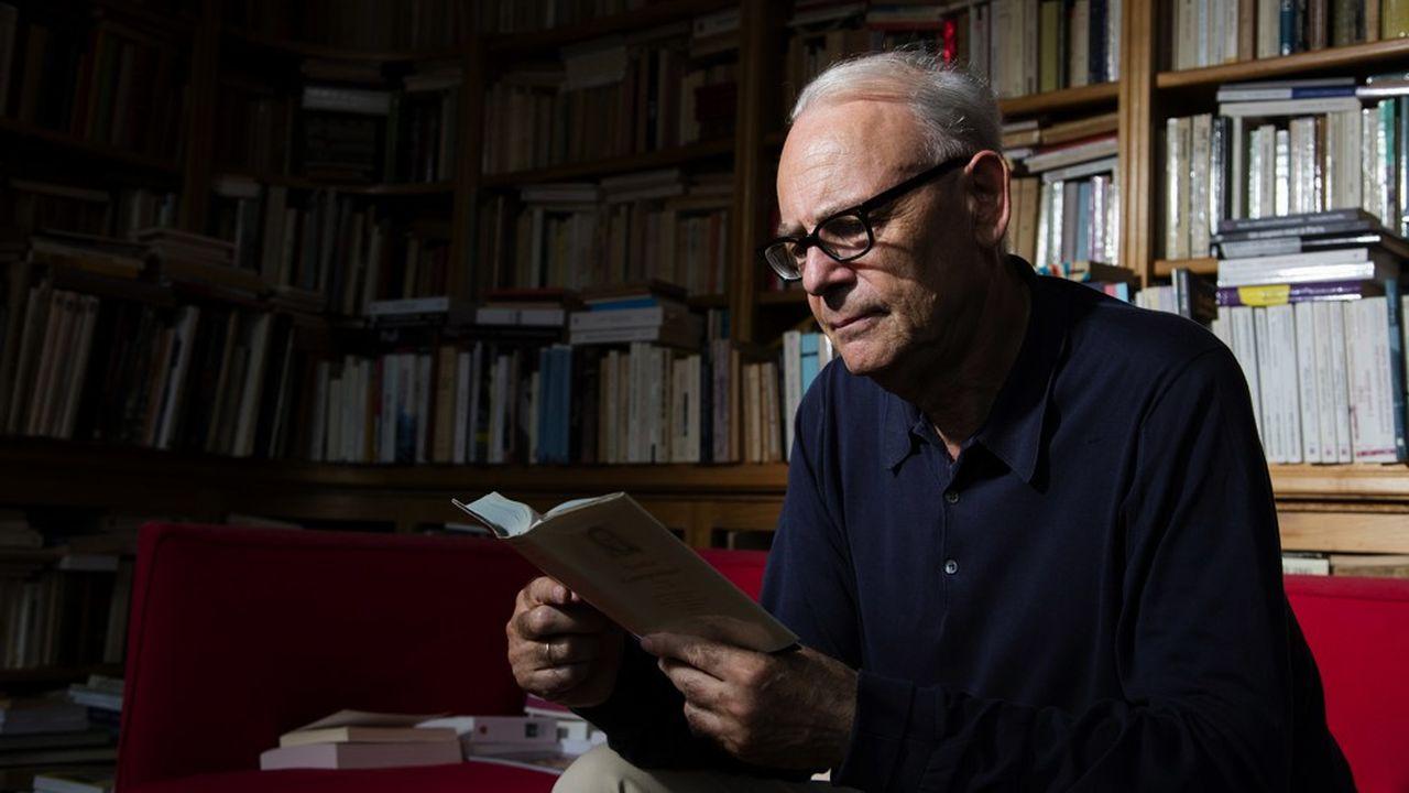 Prix Nobel de littérature, Patrick Modiano poursuit son oeuvre dans les zones grises de la mémoire et de l'oubli.