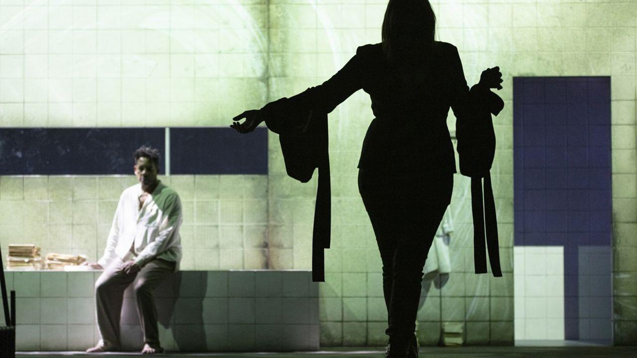 L'actrice MmeKendal (Béatrice Dalle) est séduite par la beauté intérieure de John Merrick, l'homme éléphant (JoeyStarr)