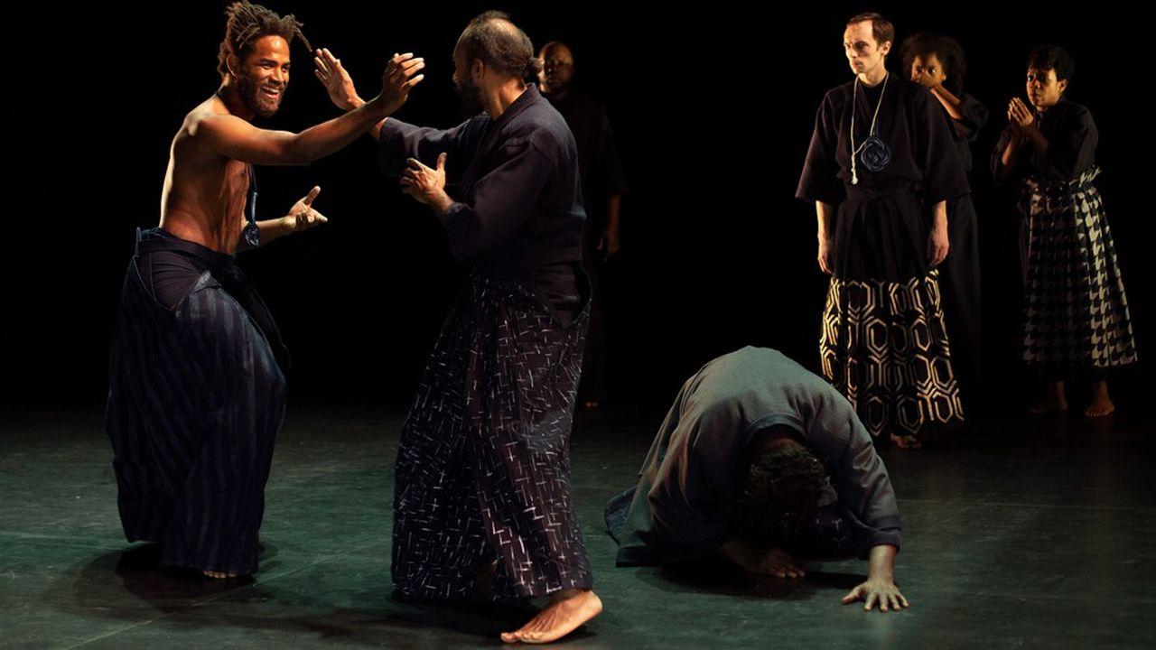 La scène devient un dojo où les comédiens sont habillés en kimonos.