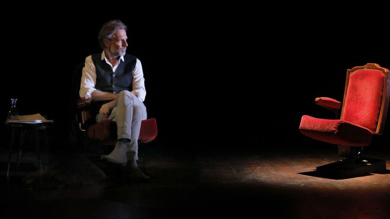 Stéphane Freiss joue simplement, sans emphase, assis le plus souvent sur un fauteuil de théâtre .