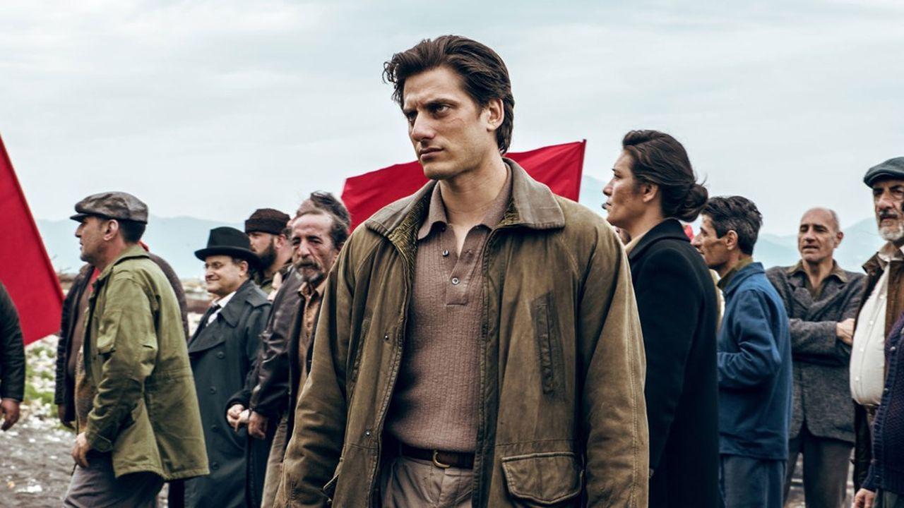 Pietro Marcello met en scène Martin Eden (Luca Marinelli) dans une Italie inventée de la seconde moitié du XXesiècle.