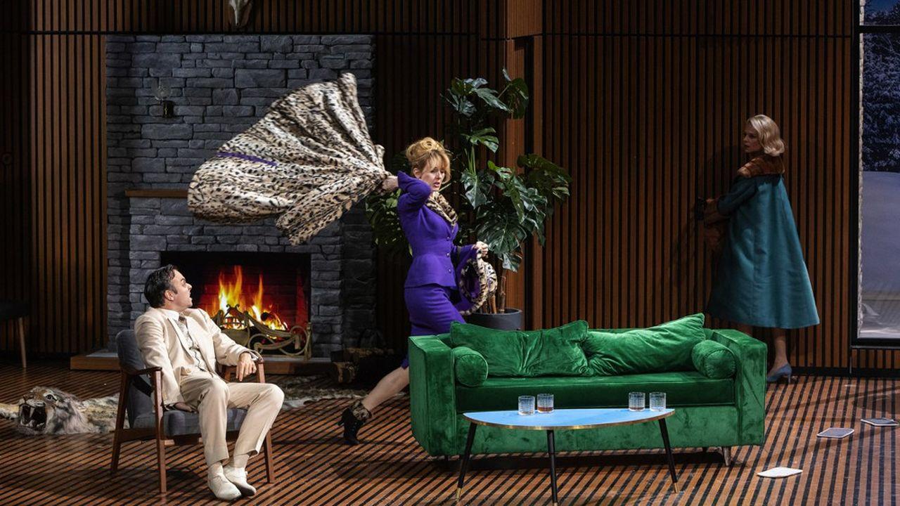 Ambiance survoltée chez les Chandebise. Jérémy Lopez (Carlos Homenidès de Histangua), Anna Cervinka (Raymonde Chantebise) et Pauline Clément (Lucienne Homénidès de Histangua).