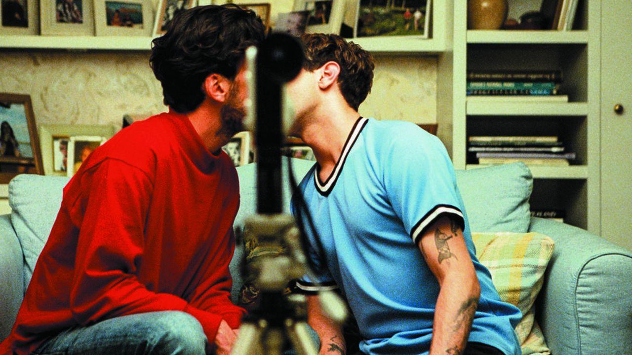 Un simple baiser va bouleverser la vie de Matthias (Gabriel D'Almeida Freitas) et Maxime (Xavier Dolan).