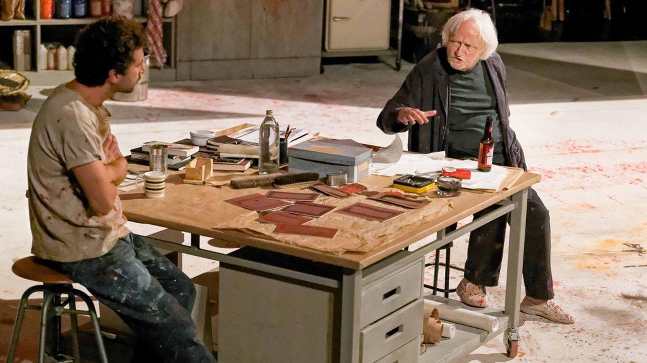 Le peintre Mark Rothko (Niels Arestrup) en grande discussion avec son jeune assistant Ken (Alexis Moncorgé).