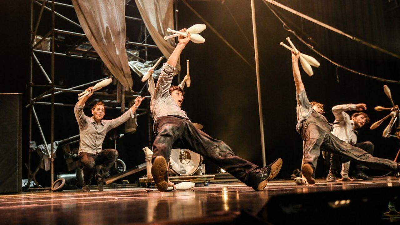 Les quatre interprètes se font comédiens-athlètes pour explorer toute la gamme du cirque acrobatique.