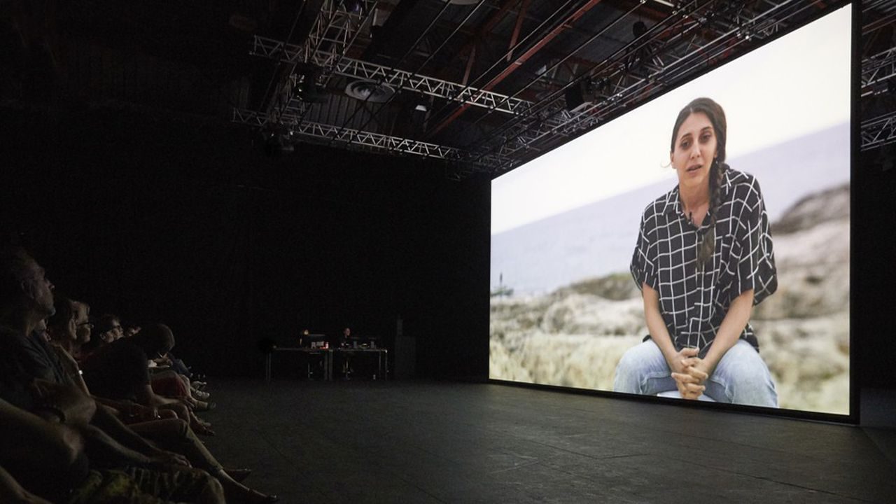 Le théâtre naît dès les premières secondes quand une petite fille filmée en gros plan semble inviter la salle de son regard perçant à faire silence et à la rejoindre.