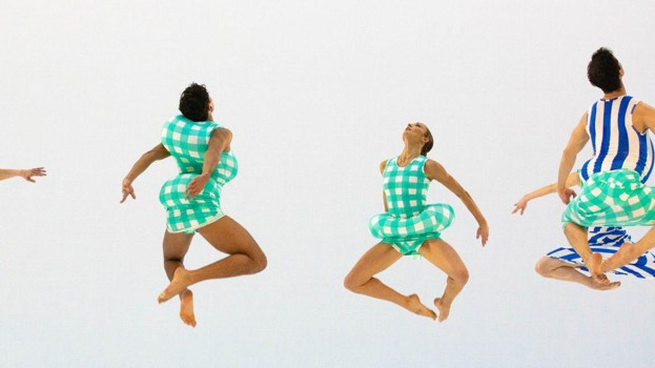 « Scenario » dans sa boîte blanche en guise de décor voit des danseurs occuper la scène comme autant d'électrons libres.