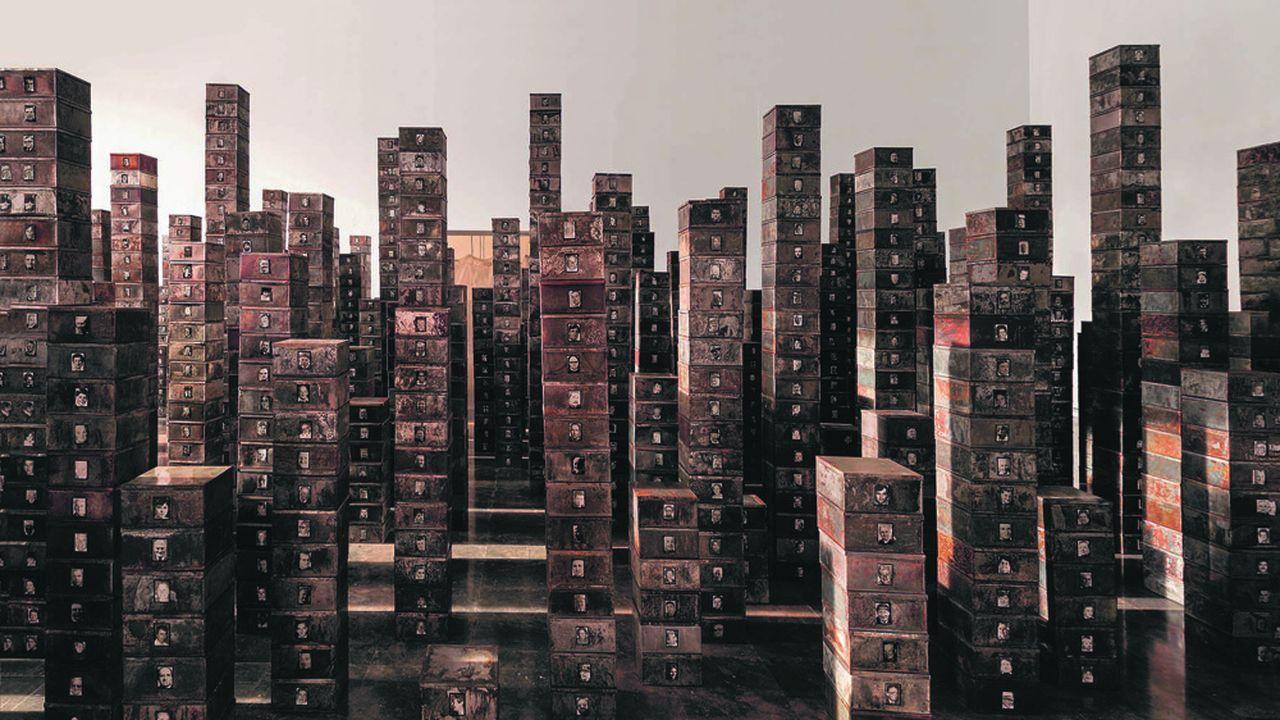 Les Suisses morts, 1991Boîtes en métal, photographies noir et blanc.
