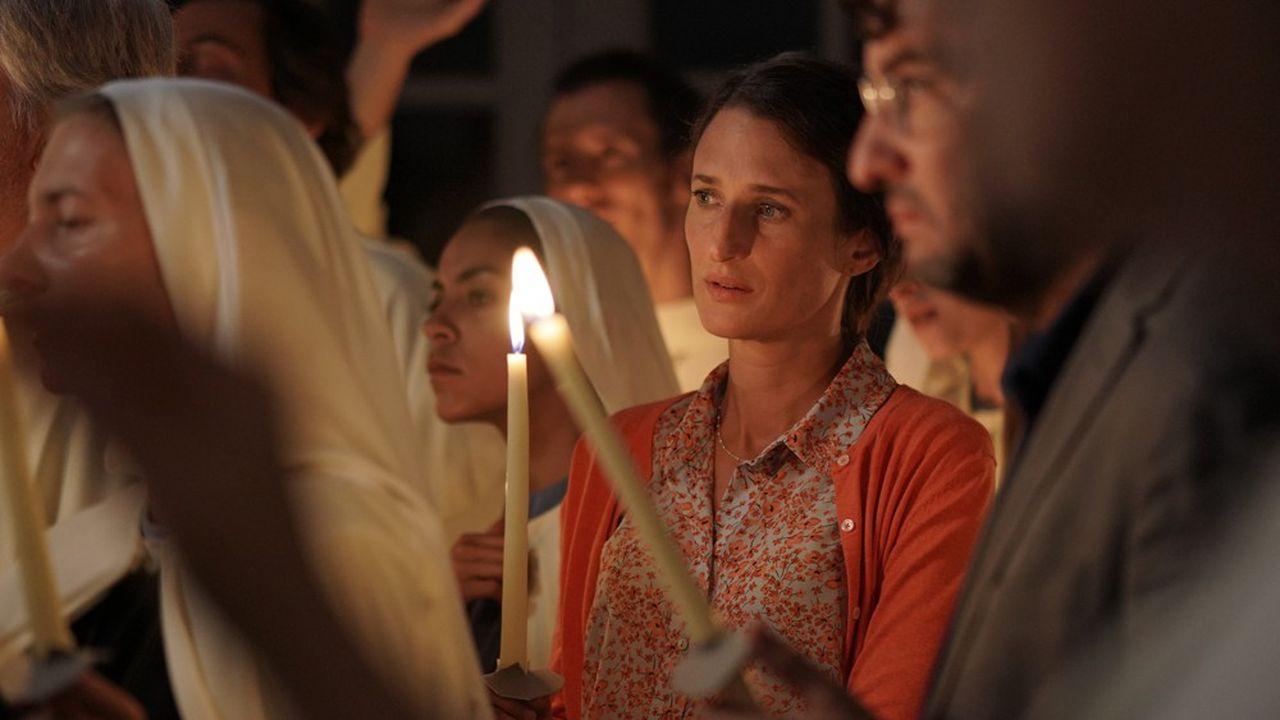Christine et Frédéric (Camille Cottin et Eric Caravaca) s'investissent de plus en plus dans la communauté, laquelle se révèle fonctionner comme une secte.