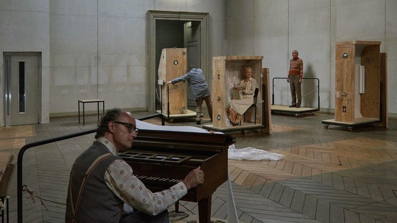 Engoncés dans leurs costumes, les comédiens apparaissent comme les reliques d'une vie de théâtre.
