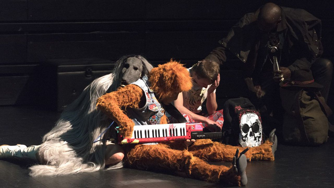 Jonathan Capdevielle sculpte chaque personnage comme de fascinantes créatures de carnaval, aux costumes rapiécés et au visage dissimulé.
