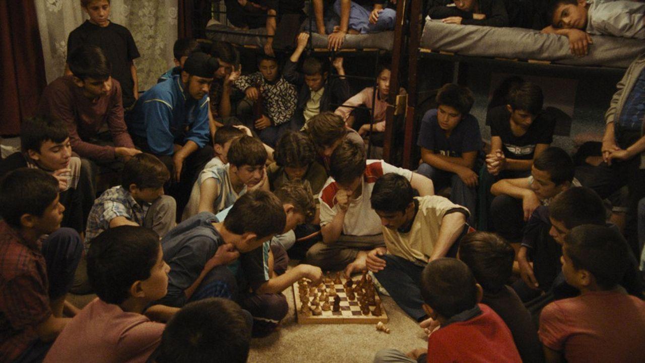 « L'Orphelinat » met scène, souvent avec humour, des personnages adolescents ballottés par le cours de la grande histoire.