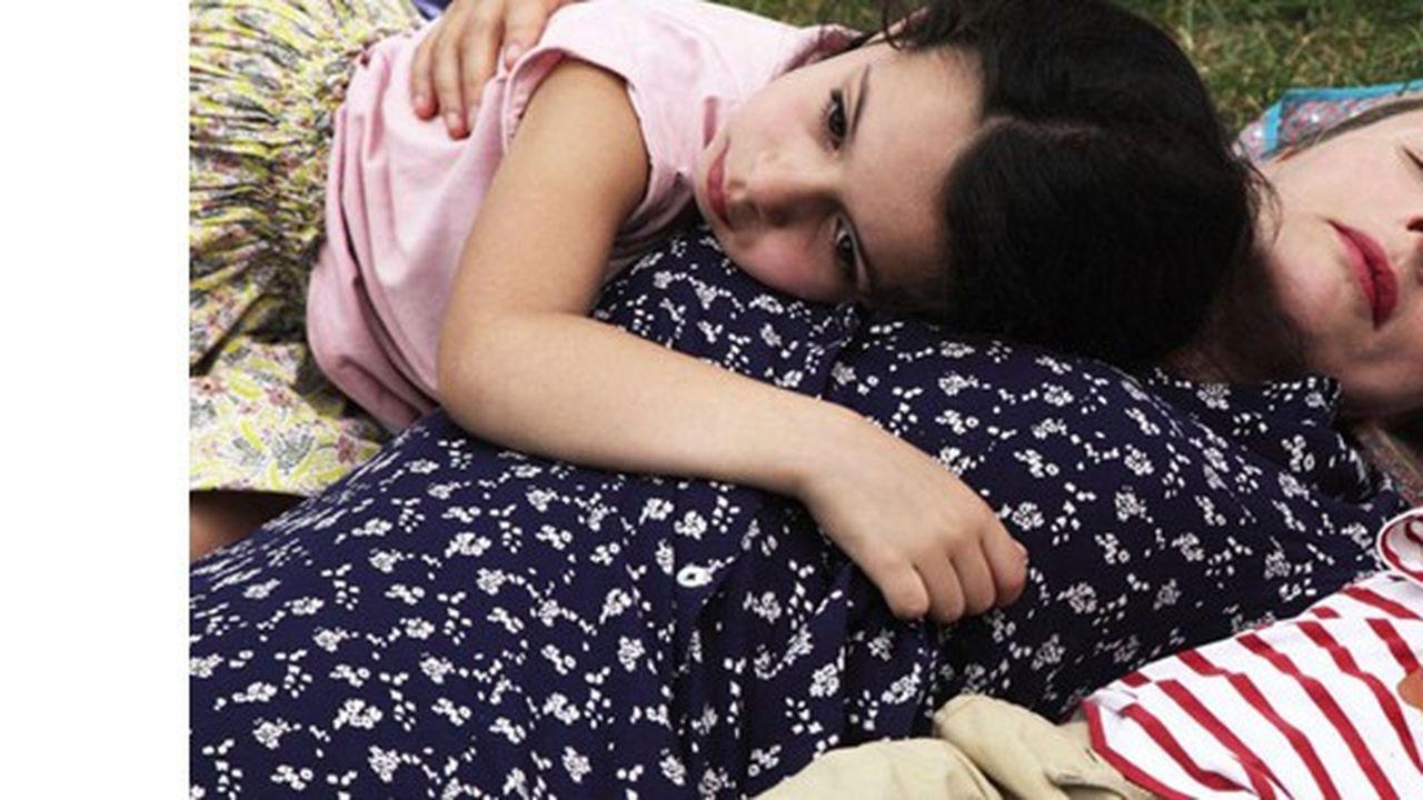 Louise (Karin Viard), la nounou exemplaire avec les deux enfants dont elle a la garde: Mila, 5 ans, et Adam, 11 mois.