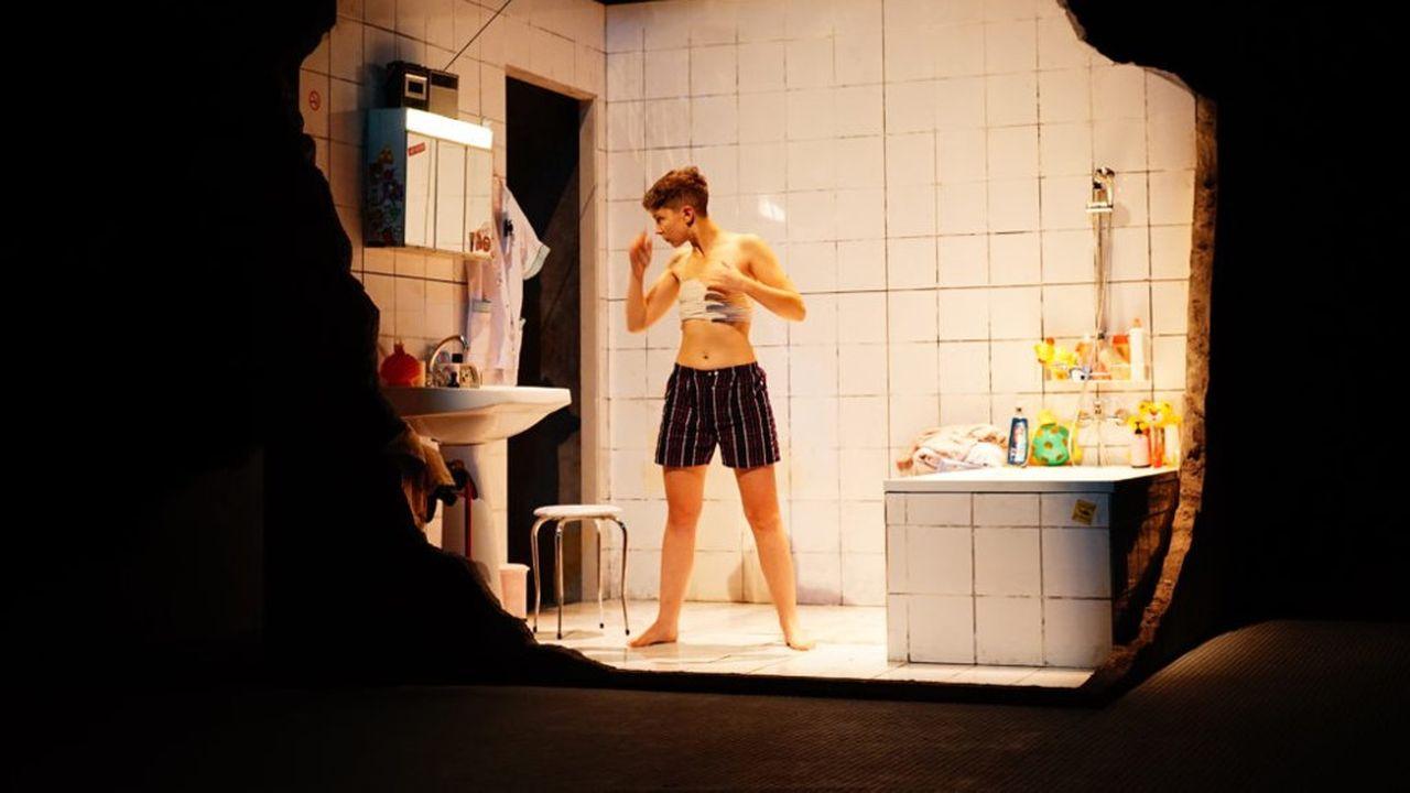Jeune transgenre de 21 ans, Axel fait croire à tout son entourage qu'il est un homme, alors qu'il est né femme.